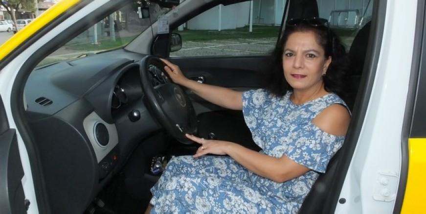 İlçenin ilk kadın taksicisi